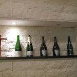 やよい軒 - モエシャンやドンペリのボトルが飾ってある(笑)お洒落な店内。