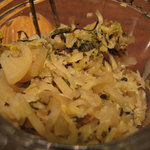やよい軒 - 白ご飯はセルフでお代わり自由だし、卓上の漬物も美味しかったです。