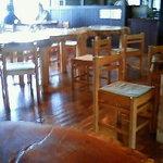 5096943 - 切り株の一枚板のテーブルと木の椅子