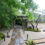 50965971 - 石畳を歩いて行くと、門があらわれます。