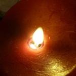 ボガマリ・クチーナ・マリナーラ - 卓上で揺れるろうそくの光