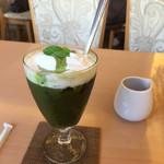 50968410 - カフェ グリーン                       アイスコーヒーとお抹茶に生クリーム添え
