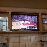 50968855 - 店内のNBAの試合を写しているテレビ