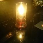 ヴァンパイア カフェ - テーブル席のランプ