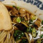 本場尾道ラーメン 鳶 - 背脂が浮くスープ