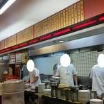 南京亭 - 厨房のスタッフもテキパキと仕事されています
