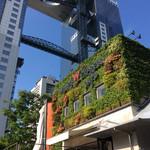 WILLER EXPRESS Cafe - 店舗外観。梅田スカイビルのツインタワーがバックにそびえる。