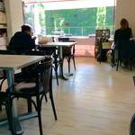 50991738 - 店内風景。モノトーンが基調のコンパクトな空間。