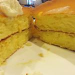 星乃珈琲店 - ホットケーキのイメージというより、しっとりカステラのようでした。 水分を多く含んでいるので、ドリンクなしでも結構食べられます。