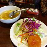 51000605 - ライチセットに付くサラダとスープ。今日のサラダに乗っているのは、チキンの揚げ物。