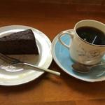 珈琲まめ坊 - チョコレートケーキと片平ブレンドのセット 864円