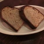 51002250 - 自家製ライ麦パン200円