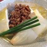51002380 - 平政と新玉ねぎ、木綿豆腐の酒蒸し。辛味もありながら、納豆肉味噌が美味。