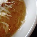 ピッグボーン - スープの表情 豚骨醤油色だが薄い オイルは多