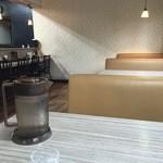 麺や輝の穴 - ゆったりのテーブル席(水はセルフ・ウエットおしぼり支給)