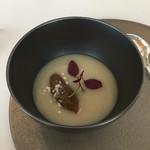 51012770 - アミューズの冷製スープは、新玉ねぎベースにイチジクピュレ乗せ、だったかな?
