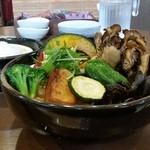 奥芝商店 - 横から見たところ。 素揚げの野菜とチキンがモリモリ!