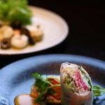 カサブランカシルク - 奥:フォーセットの小菜 手前:ランチセットの前菜の春巻き