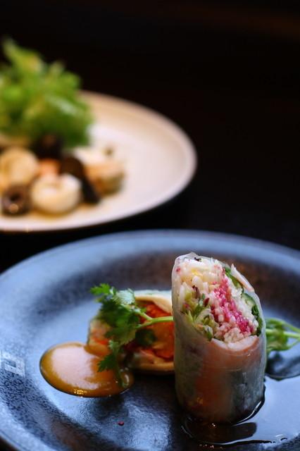 カサブランカシルク 丸の内店 - 奥:フォーセットの小菜 手前:ランチセットの前菜の春巻き