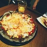 ニコリ キッチン - コーンとチーズのトマトピザ(炭生地)