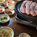 とんちゃん - オンドル石生三段バラセット ¥980- サンチュ・ネギキムチ・にんにく・焼きキムチ・唐辛子・おかず4種類