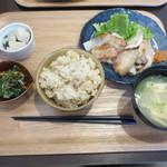51024238 - 自分は日替わり定食(1000円)新玉葱とはぎちくポークバラ肉の焼肉定食。