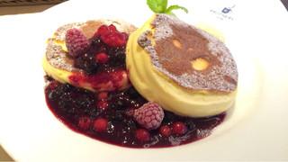 パンケーキ&スイーツ ブラザーズカフェ なんば店 - スプーンで食べるパンケーキ ベリー1280円