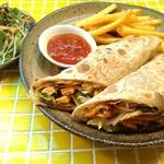 カレー リーフ - チャパティロール。チャパティでチキンやサラダを包んだ軽食。