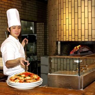 薪を使った石窯で焼き上げるピザ