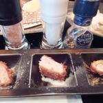 とんかつ マンジェ - 左、中の2種類の塩、右の香辛料のとんかつアップ。