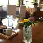 つぐみカフェ - 各テーブルにかわいいお花
