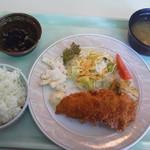 スポーツ会館グリル - 日替わりランチ・鮭フライ530円(税込)