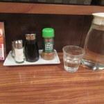 キッチン・ゴン - テーブルセット、お水ポットが一人ずつ来るのがうれしい。