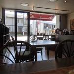 珈房・自家焙煎珈琲豆店 - 落ち着いた店内からは通りが丸見え