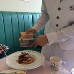 キャナリィ・ロウ - ストップと言うまでチーズをかけて下さいます。
