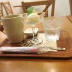 SEKAI CAFE Oshiage - ホットティー&豆乳アイス