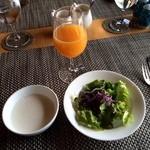 ガーデンテラス長崎ホテル&リゾート - 枇杷ジュース、ヨーグルト、サラダ