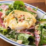 焼きカマンベールチーズのサラダ