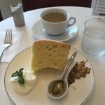 ホキ美術館 ミュージアムカフェ - 料理写真:素敵なお皿の絶品シフォンケーキセット