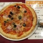 壁の穴 - ベーコンとオリーブのトマトピッツァ ガーリック風味