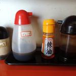 蘭風 - 「蘭風」卓上の調味料(コショウ・餃子のタレ・ラー油・ソース)