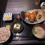 Gyouzanabeachankitashinchi - 【新地でランチ】 鶏の唐揚定食 餃子鍋
