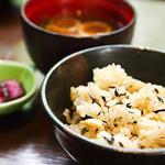 しゃぶしゃぶ たわら屋 - 土鍋から盛られる炊き込みご飯