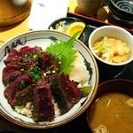 魚屋の台所 下の一色 本店 - 鯨のレアステーキ丼ランチ700円