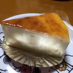 51063412 - 濃厚なチーズケーキでした。見た目は軽そうなのに、フォークをいれた途端に!!とビックマークでました。