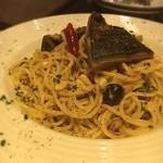 ワインバル 博多うきしま倉庫 - サバのシチリア風パスタ。サバがレアなのとケーパーやオリーブや松の実が美味しい。