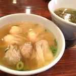 支那そば 八雲 - 201605 つけそばのワンタンとつけ汁は別皿提供。ワンタンは温かい鰹だしスープに入っている