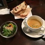 51078328 - パン、サラダ、スープ