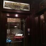 ニューミュンヘン倶楽部 - 重厚なドアが現れます