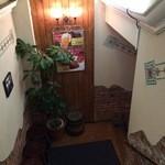 ニューミュンヘン倶楽部 - この階段を下ります